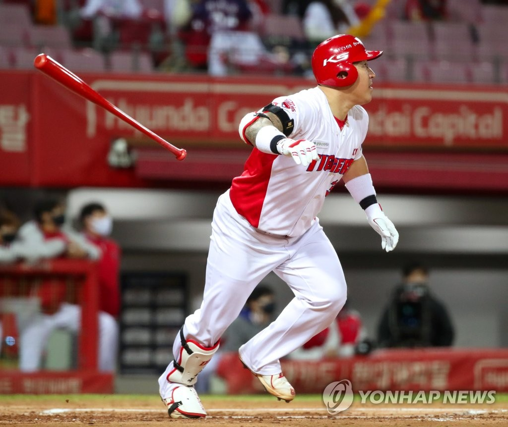 In this file photo from Oct. 28, 2020, Choi Hyoung-woo of the Kia Tigers tosses his bat after hitting a two-run home run against the KT Wiz during the bottom of the first inning of a Korea Baseball Organization regular season game at Gwangju-Kia Champions Field in Gwangju, 330 kilometers south of Seoul. (Yonhap)