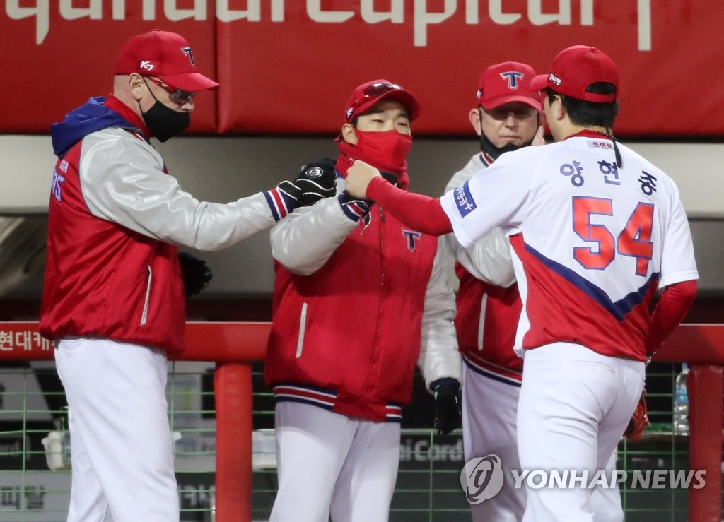 In this file photo from Oct. 29, 2020, Yang Hyeon-jong of the Kia Tigers (R) is greeted by his manager Matt Williams (L) in front of the dugout during a Korea Baseball Organization regular season game against the Doosan Bears at Gwangju-Kia Champions Field in Gwangju, 330 kilometers south of Seoul. (Yonhap)