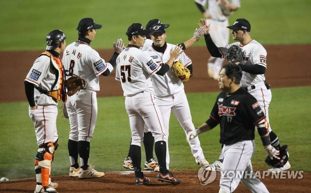 In this file photo from Oct. 30, 2020, members of the Hanwha Eagles celebrate their 4-3 victory over the KT Wiz at Hanwha Life Eagles Park in Daejeon, 160 kilometers south of Seoul. (Yonhap)