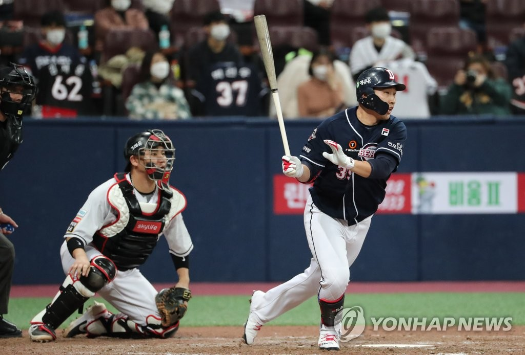 Kim In-tae of the Doosan Bears (R) hits an RBI single against the KT Wiz in the top of the ninth inning of Game 1 of the Korea Baseball Organization second-round postseason series at Gocheok Sky Dome in Seoul on Nov. 9, 2020. (Yonhap)