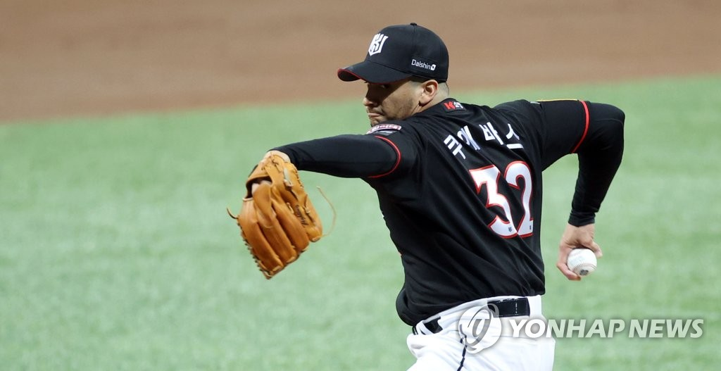 William Cuevas of the KT Wiz pitches against the Doosan Bears in the bottom of the first inning of Game 3 of the Korea Baseball Organization second-round postseason series at Gocheok Sky Dome in Seoul on Nov. 12, 2020. (Yonhap)
