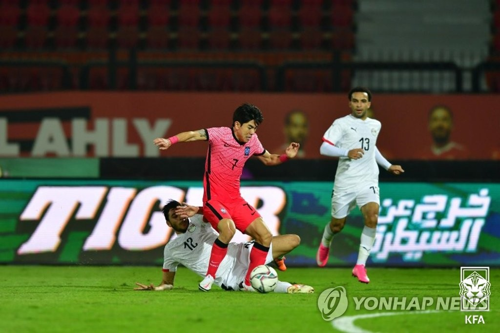 In this Nov. 12, 2020, file photo provided by the Korea Football Association, Kim Dae-won of South Korea (C) tries to control the ball against Egypt during their under-23 men's football friendly match at Al Salam Stadium in Cairo. (PHOTO NOT FOR SALE) (Yonhap)
