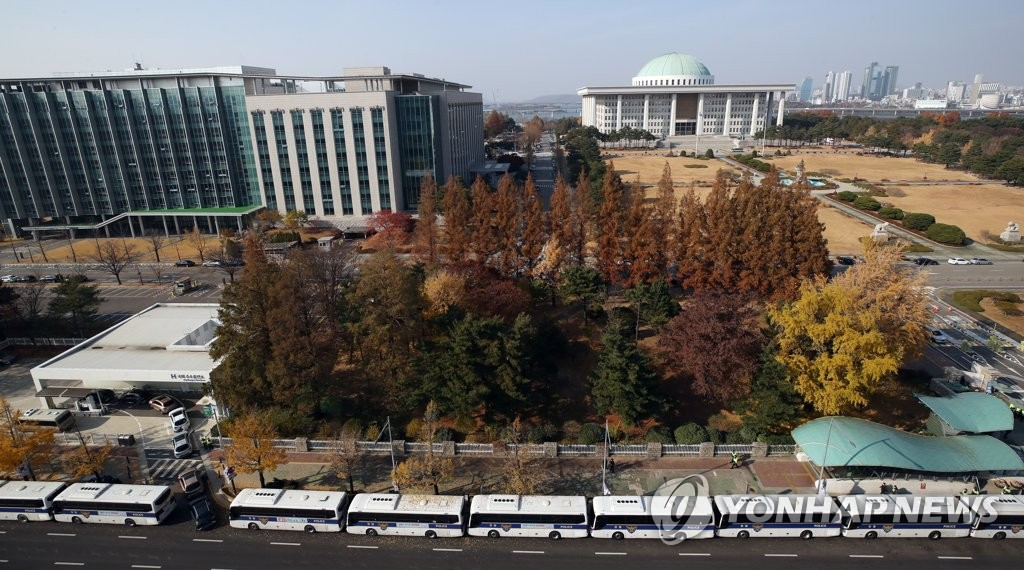 Parked police buses surround the National Assembly compound in Yeouido, southern Seoul, ahead of a protest rally organized by the Korean Confederation of Trade Unions on Nov. 14, 2020. (Yonhap)