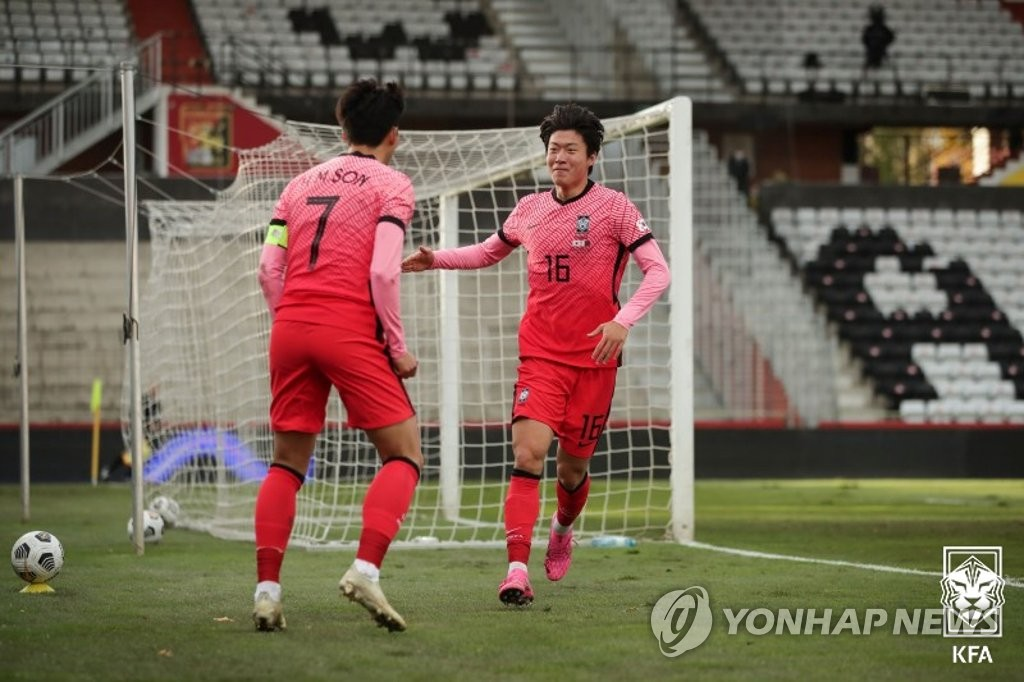 Hwang Ui-jo of South Korea (R) celebrates his goal against Qatar with teammate Son Heung-min during a friendly football match at BSFZ Arena Admiral Stadium in Maria Enzersdorf, Austria, on Nov. 17, 2020, in this photo provided by the Korea Football Association. (PHOTO NOT FOR SALE) (Yonhap)
