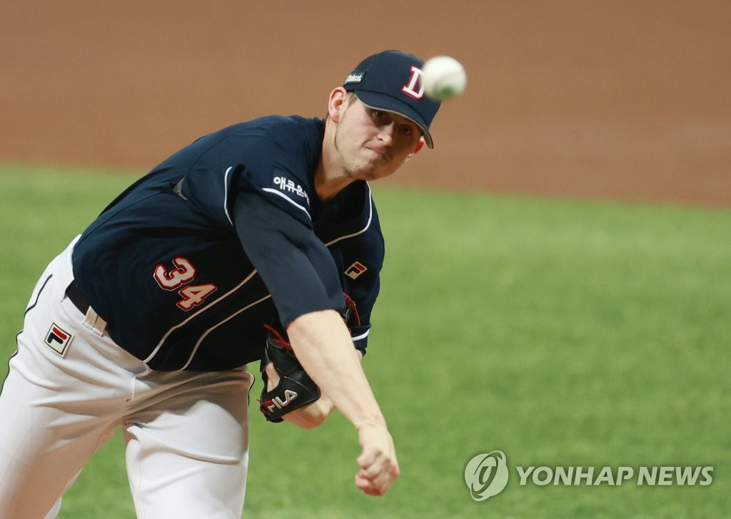 Chris Flexen of the Doosan Bears pitches against the NC Dinos in the bottom of the first inning of Game 2 of the Korean Series at Gocheok Sky Dome in Seoul on Nov. 18, 2020. (Yonhap)