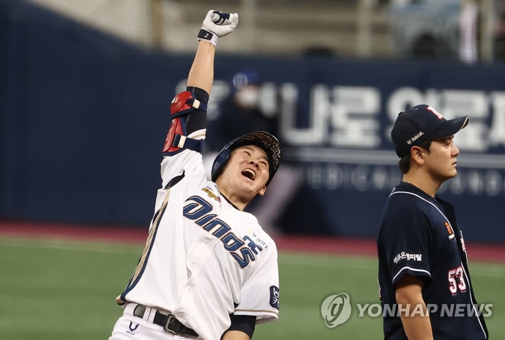 Park Min-woo of the NC Dinos celebrates his two-run single against the Doosan Bears in the bottom of the sixth inning of Game 6 of the Korean Series at Gocheok Sky Dome in Seoul on Nov. 24, 2020. (Yonhap)
