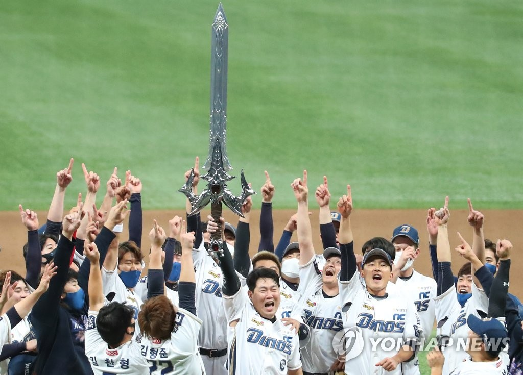 NC Dinos' captain Yang Eui-ji (C) lifts a sword in celebration of the team's Korean Series championship following a 4-2 victory over the Doosan Bears in Game 6 at Gocheok Sky Dome in Seoul on Nov. 24, 2020. (Yonhap)
