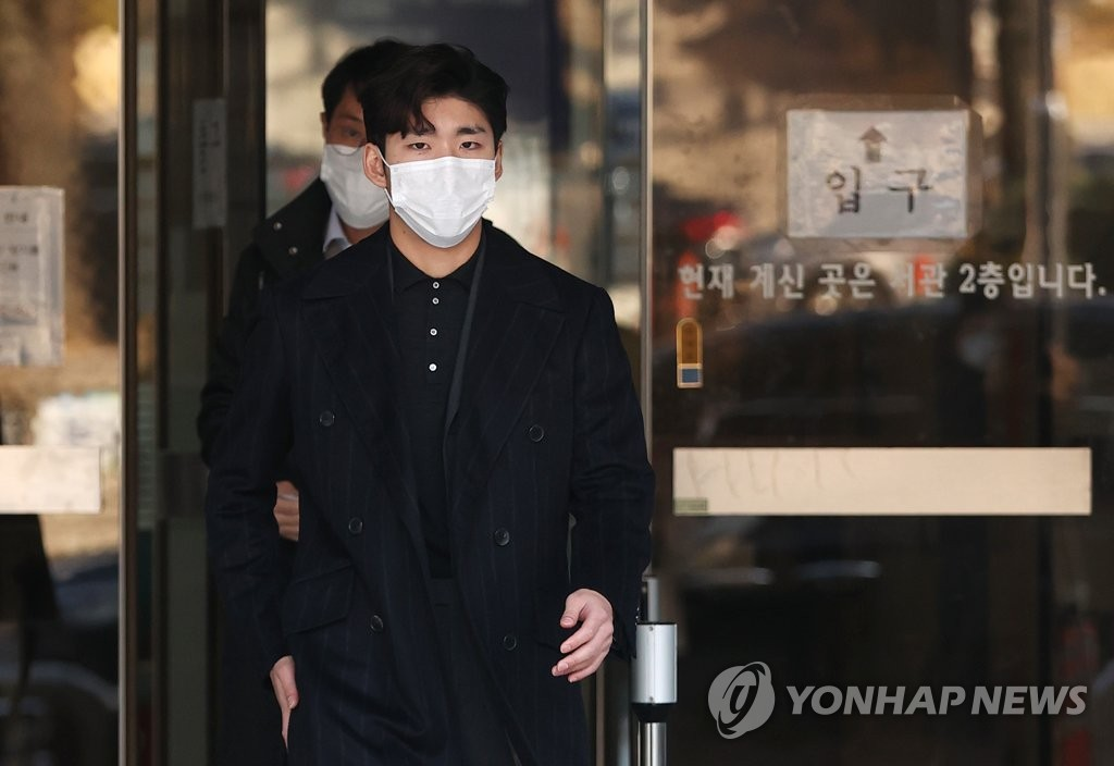 In this file photo from Nov, 27, 2020, South Korean short track speed skater Lim Hyo-jun leaves the Seoul Central District Court after having his sexual harassment conviction overturned in an appeal. (Yonhap)