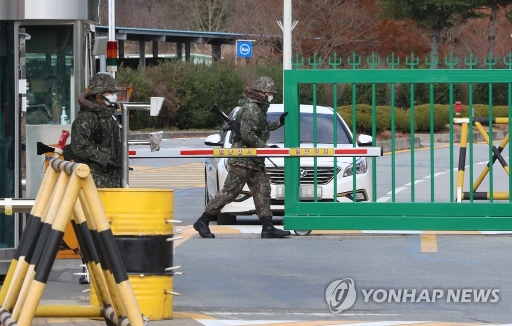 A South Korean soldier opens the main gate of the Sangmudae Artillery School in Jangseong, 310 kilometers south of Seoul, on Nov. 28, 2020, where 16 confirmed coronavirus cases were reported. (Yonhap)