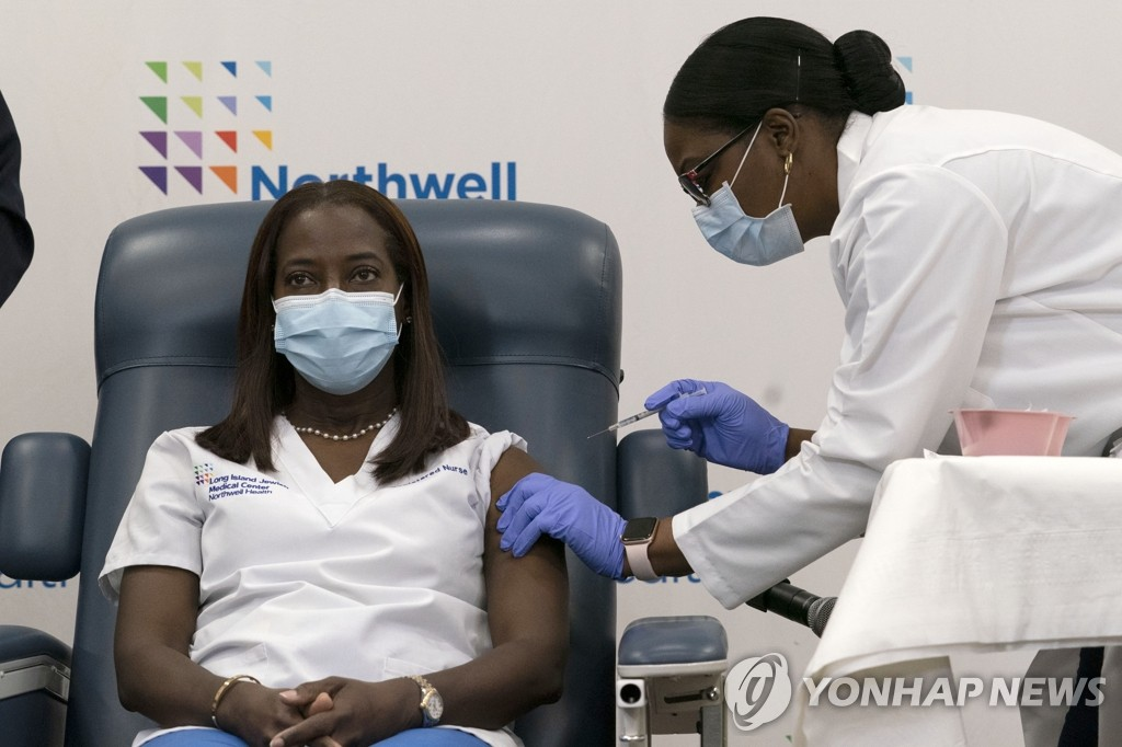 미국에서 첫 코로나19 백신 접종받는 샌드라 린지 간호사