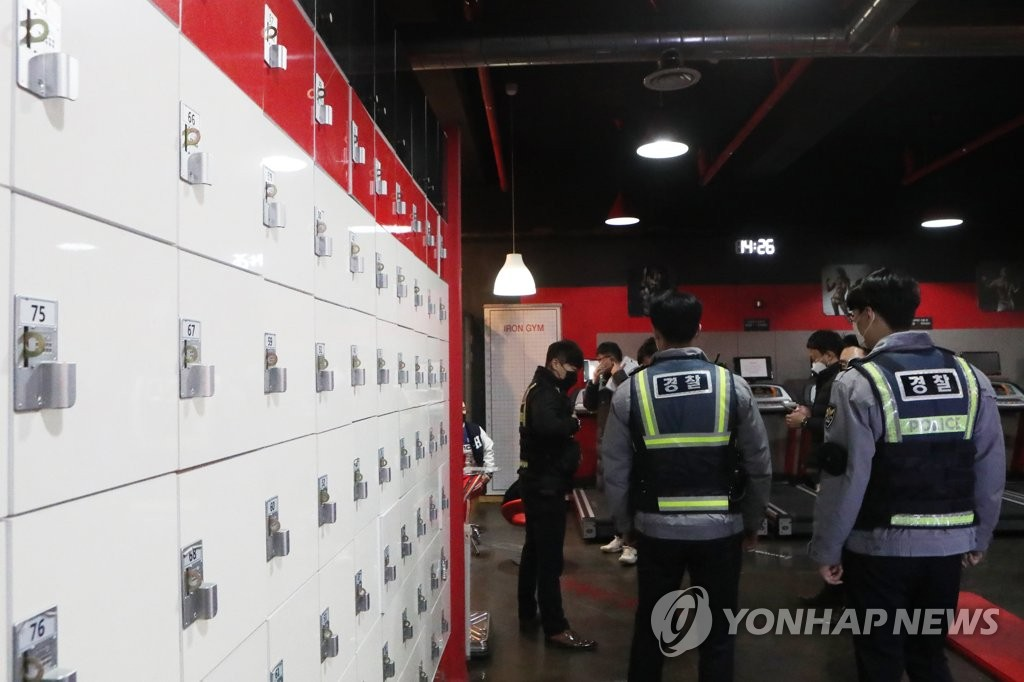 Police officers visit a gym in Pocheon, 46 kilometers northeast of Seoul, on Jan. 4, 2021, after the business reopened in defiance of the government's coronavirus restrictions. (Yonhap)