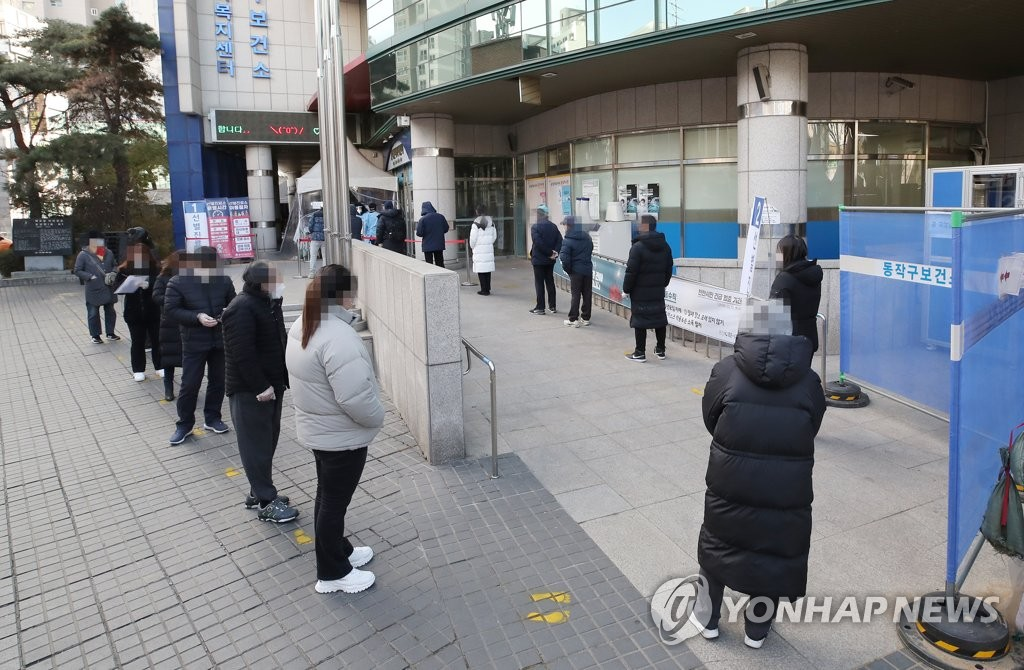 People stand in line to undergo COVID-19 testing at a temporary screening station in western Seoul on Jan. 5, 2021. (Yonhap)