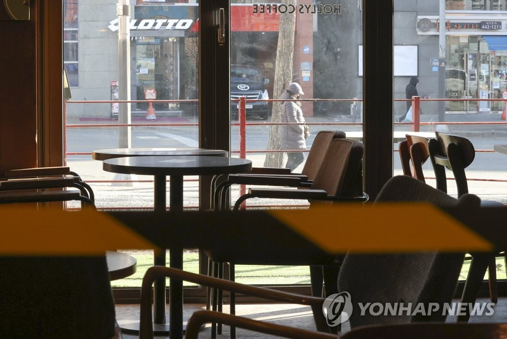 A cafe in eastern Seoul is empty on Jan. 5, 2021, with government restrictions banning customers from eating on-site due to the coronavirus pandemic. (Yonhap)