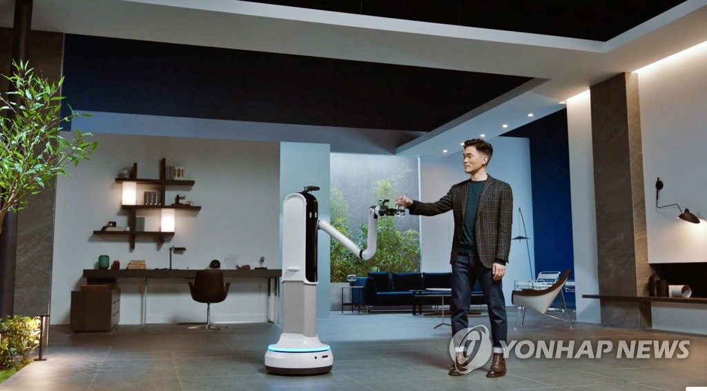 This photo, provided by Samsung Electronics Co. on Jan. 11, 2021, shows Sebastian Seung, head of Samsung Research, introducing the Samsung Bot Handy at the company's press event for CES 2021. (PHOTO NOT FOR SALE) (Yonhap)