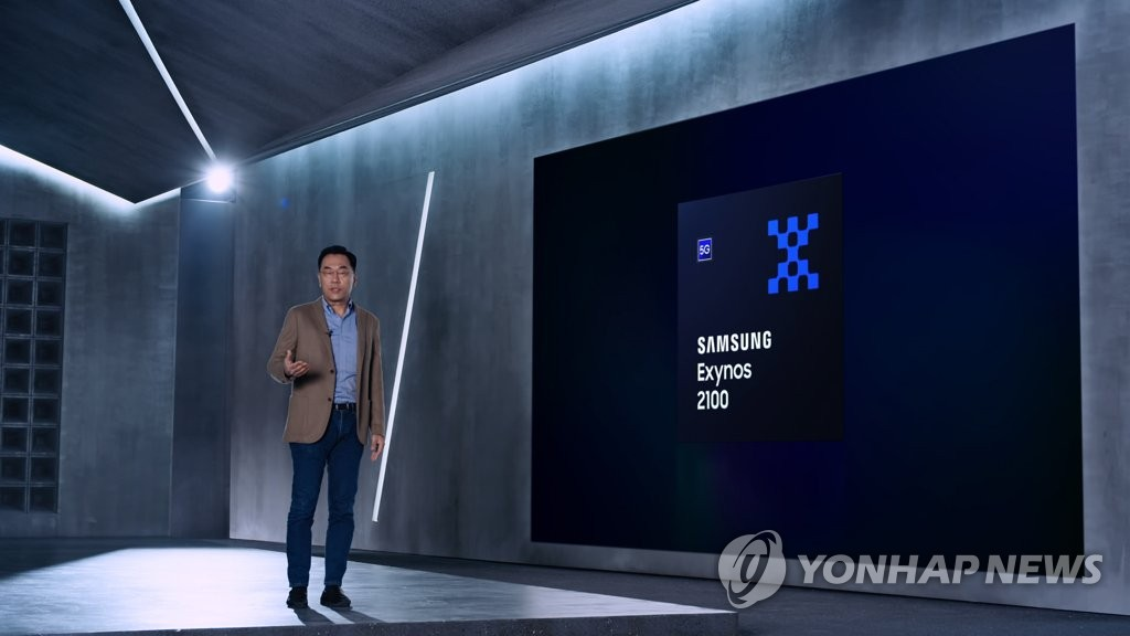This file photo, provided by Samsung Electronics Co. on Jan. 12, 2021, shows Kang In-yup, who leads the company's system LSI business, introducing the Exynos 2100 mobile application processor. (PHOTO NOT FOR SALE) (Yonhap)