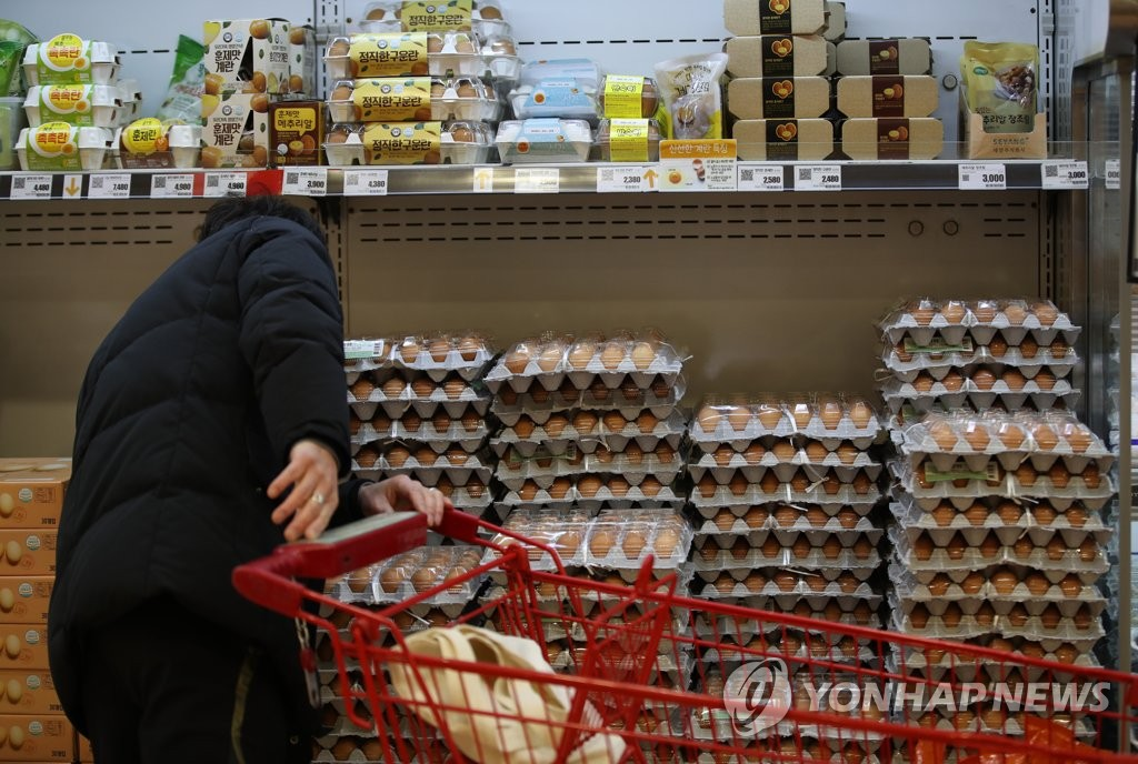 A shopper purchases eggs at a supermarket in central Seoul on Jan. 12, 2021. (Yonhap)