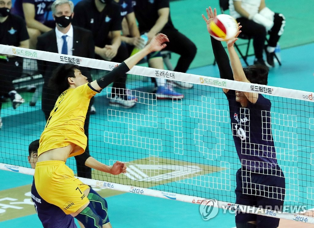In this file photo from Jan. 15, 2021, Park Jin-u of the KB Insurance Stars (L) hits a spike against the Korean Air Jumbos during a men's V-League match at Gyeyang Gymnasium in Incheon, 40 kilometers west of Seoul. (Yonhap)