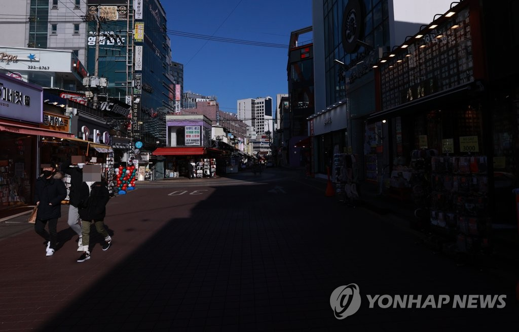 This Jan. 17, 2021, file photo shows a street in Hongdae in western Seoul that is nearly empty amid ongoing social distancing measures. (Yonhap)