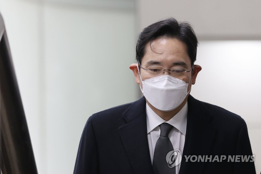 This photo taken on Jan. 18, 2021, shows Samsung Electronics Vice Chairman Lee Jae-yong heading to a courtroom at Seoul High Court in Seoul for a bribery case. (Yonhap)