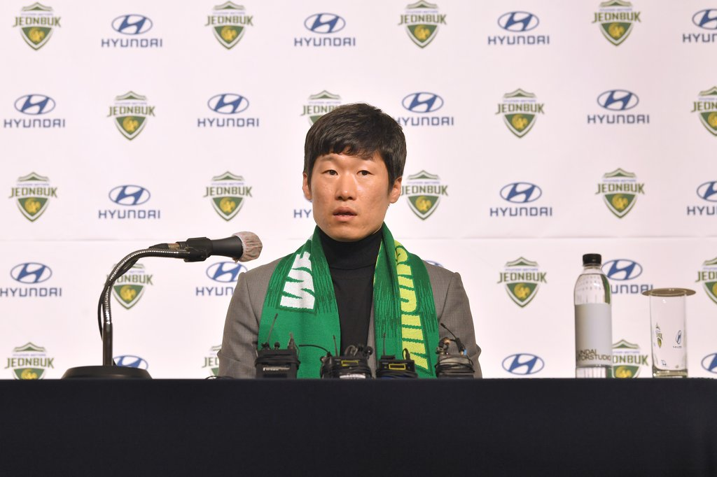 Former South Korean men's national football captain Park Ji-sung speaks at his introductory press conference as a new adviser for Jeonbuk Hyundai Motors in Goyang, Gyeonggi Province, on Jan. 21, 2021, in this photo provided by Jeonbuk. (PHOTO NOT FOR SALE) (Yonhap)
