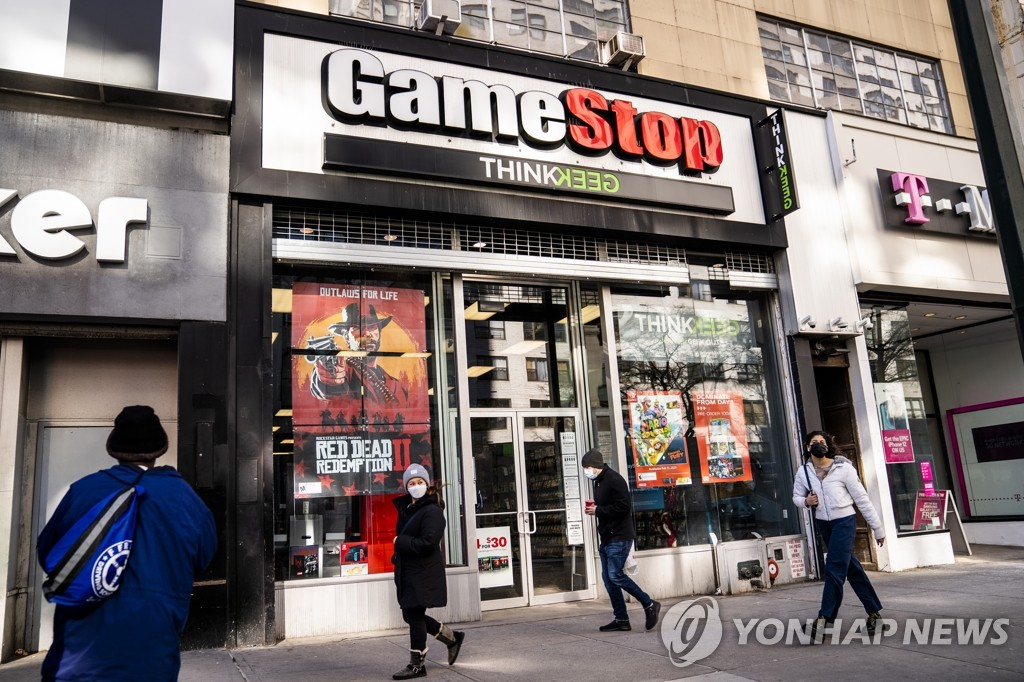 This photo, provided by AP on Dec. 28, 2020, shows a store of U.S. video game vendor GameStop in New York. (PHOTO NOT FOR SALE) (Yonhap)