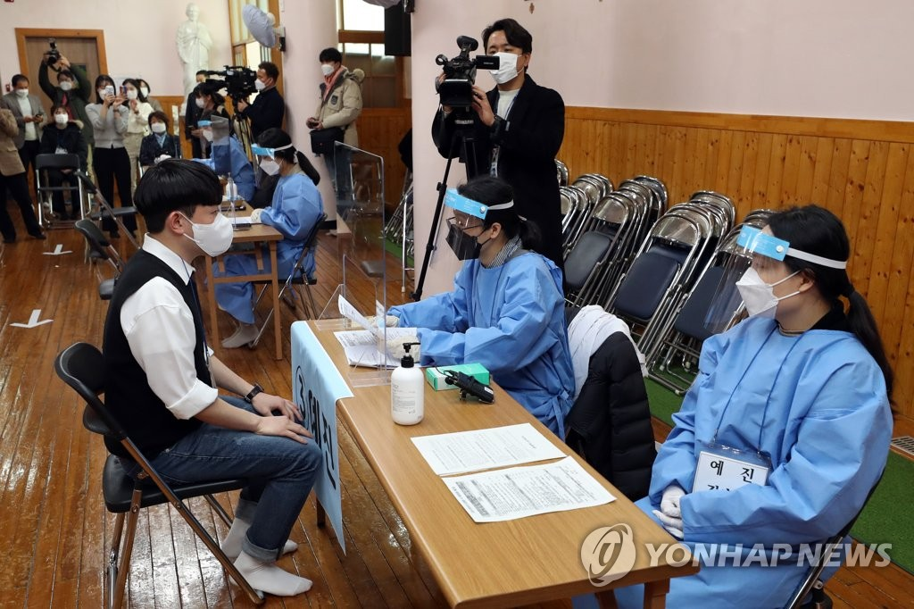 Medical workers carry out a drill for COVID-19 vaccinations in Gwangju, 330 kilometers south of Seoul, on Feb. 23, 2021. (Yonhap)