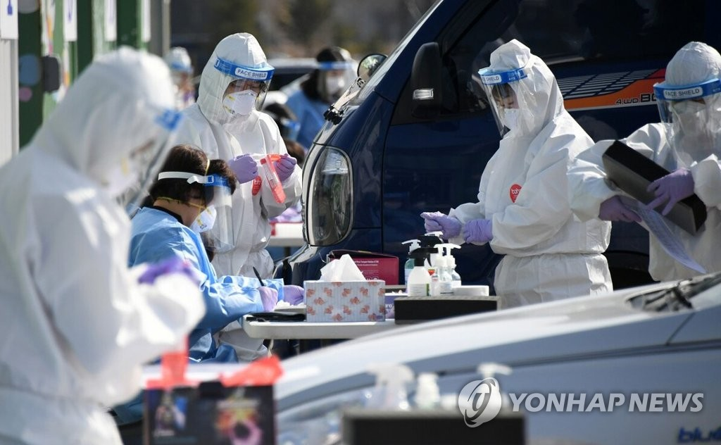 Health care workers conduct COVID-19 tests at a temporary testing station in Pyeongchang, 182 kilometers east of Seoul, on March 11, 2021, in this photo provided by Pyeongchang County. (PHOTO NOT FOR SALE) (Yonhap)