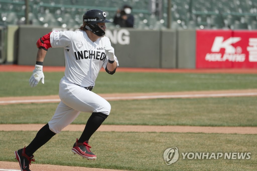 Choo Shin-soo of the SSG Landers runs to first base after hitting a two-run single against the Lotte Giants in the top of the third inning of a Korea Baseball Organization preseason game at Sajik Stadium in Busan, 450 kilometers southeast of Seoul, on March 23, 2021. (Yonhap)