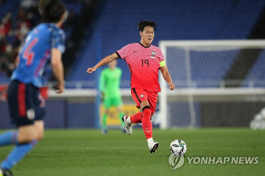 Kim Young-gwon of South Korea dribbles the ball against Japan in the countries' football friendly match at Nissan Stadium in Yokohama, Japan, on March 25, 2021, in this photo provided by the Korea Football Association. (PHOTO NOT FOR SALE) (Yonhap)