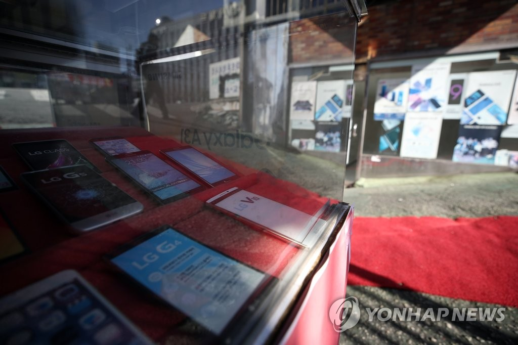 Used smartphones from LG Electronics Inc. are displayed at a store in Seoul on April 5, 2021. (Yonhap)
