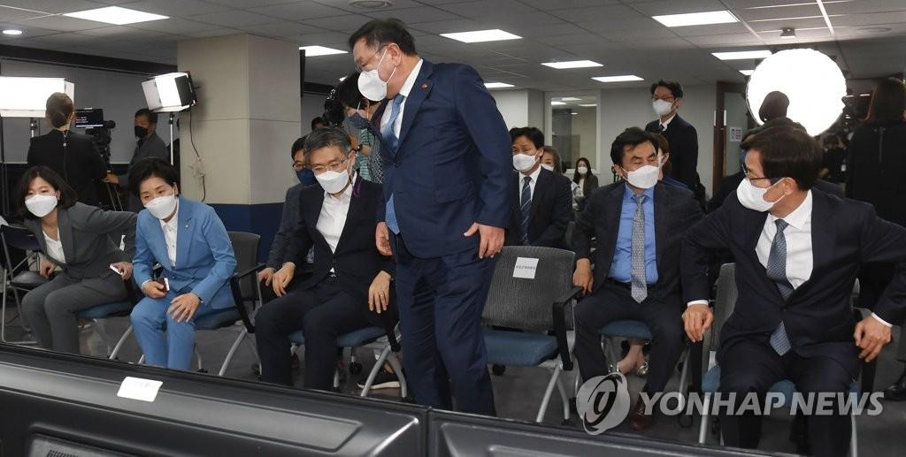 개표상황실 떠나는 민주당 김태년 당대표 직무대행