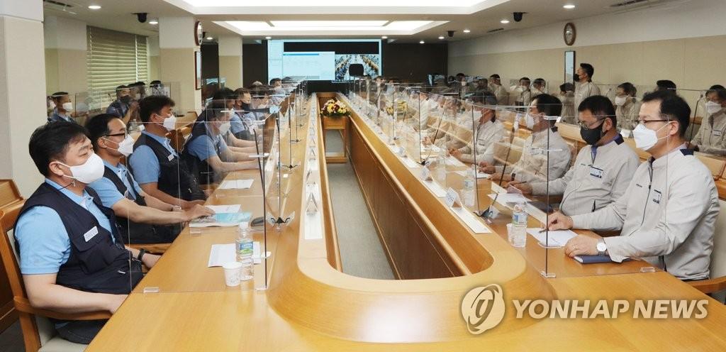 마주 앉은 현대차 노사 교섭 대표들