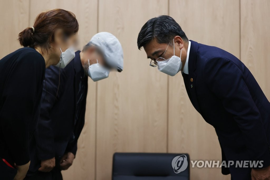 Defense Minister Suh Wook (R) bows to the bereaved family members of an Air Force officer who died in an apparent suicide following alleged harassment by a colleague during his visit to a military hospital in Seongnam, south of Seoul, where the victim's body is laid, on June 2, 2021. (Yonhap)