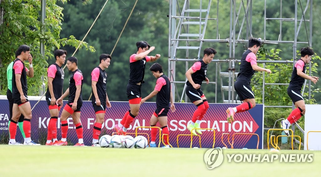 Members of the South Korean men's Olympic football team train at the National Football Center in Paju, Gyeonggi Province, on July 6, 2021. (Yonhap)
