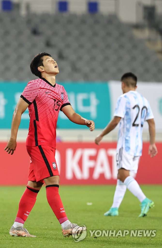 Lee Kang-in of South Korea (L) reacts to a missed shot against Argentina in the teams' Olympic men's football tuneup match at Yongin Mireu Stadium in Yongin, 50 kilometers south of Seoul, on July 13, 2021. (Yonhap)