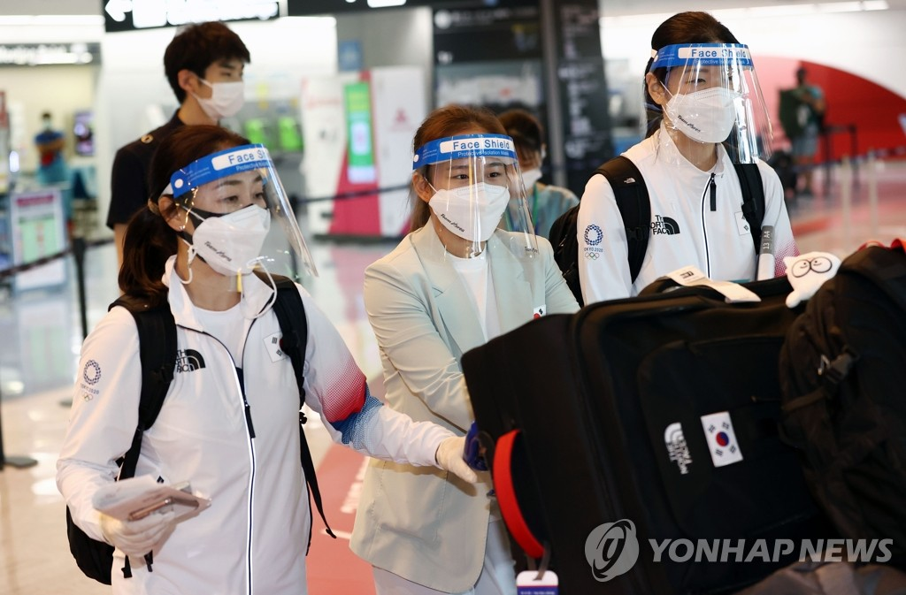 Members of the South Korean artistic gymnastics team carry their bags at Narita International Airport in Narita, Japan, after arriving for the Tokyo Olympics on July 19, 2021. (Yonhap)