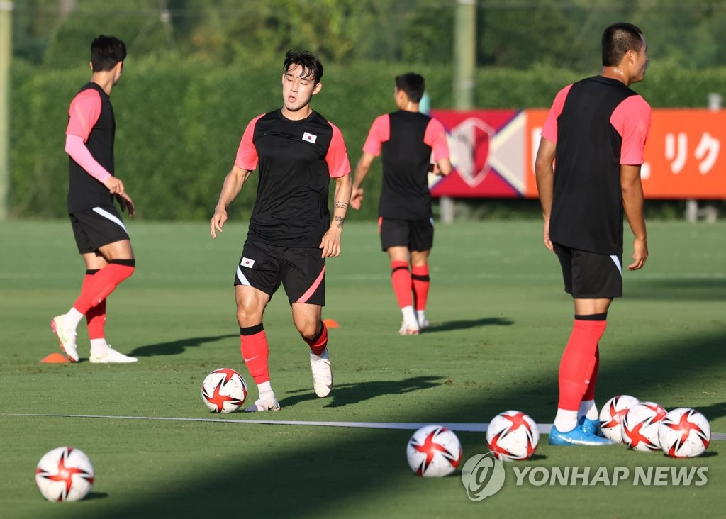 Song Min-kyu (C) of the South Korean men's Olympic football team trains for the Tokyo Olympics at Kashima Antlers Clubhouse in Kashima, Japan, on July 19, 2021. (Yonhap)