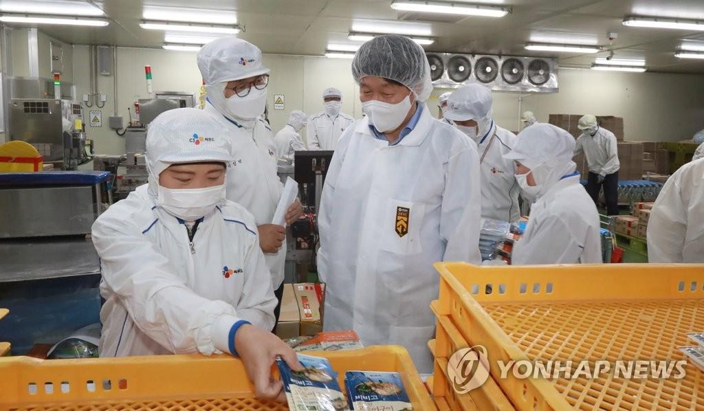 안경덕 노동부 장관, 식품제조업체 방역 상황 점검