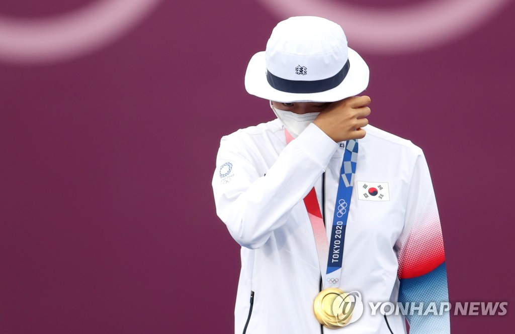 An San of South Korea wipes her tears during the medal ceremony after winning gold in the women's individual archery event at the Tokyo Olympics at Yumenoshima Park Archery Field in Tokyo on July 30, 2021. (Yonhap)