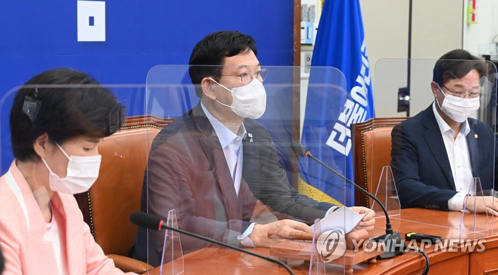 Song Young-gil (C), leader of the ruling Democratic Party, speaks during a meeting of the party's supreme council members at the National Assembly in Seoul on Aug. 2, 2021. (Yonhap)