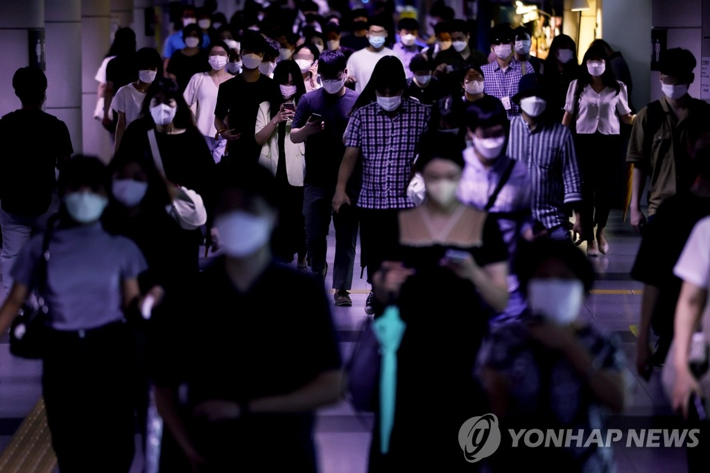 A Seoul subway station near City Hall is crowded with people wearing masks on Aug. 11, 2021. (Yonhap)