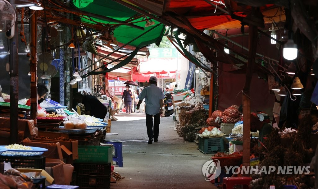 This photo taken on Aug. 17, 2021, shows a traditional market in Cheongnyangni, eastern Seoul, amid the extended COVID-19 pandemic. (Yonhap)