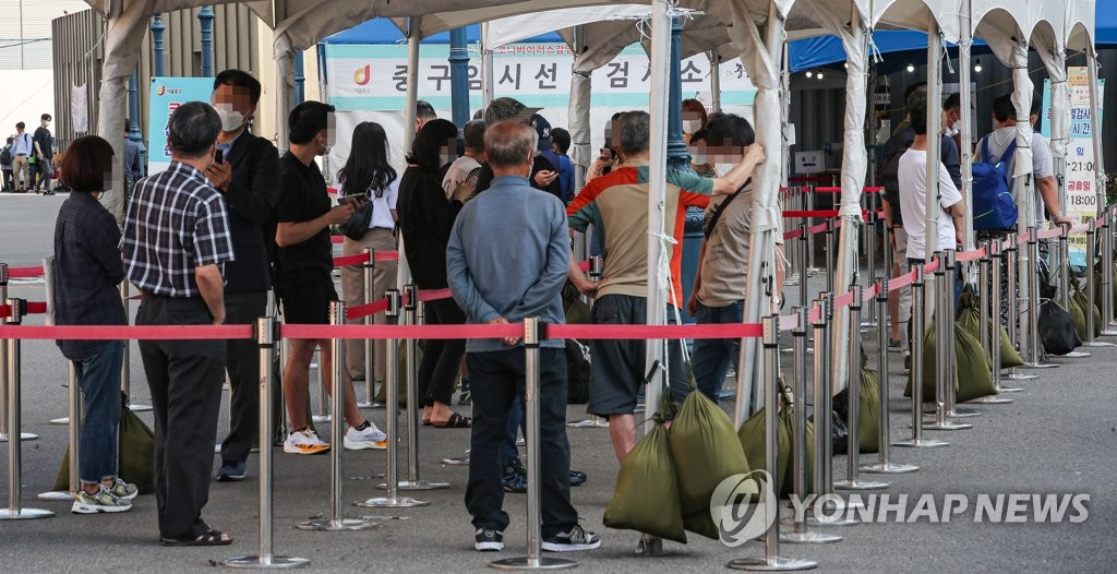 People wait in a line at a makeshift clinic in central Seoul on Sept. 3, 2021. (Yonhap)