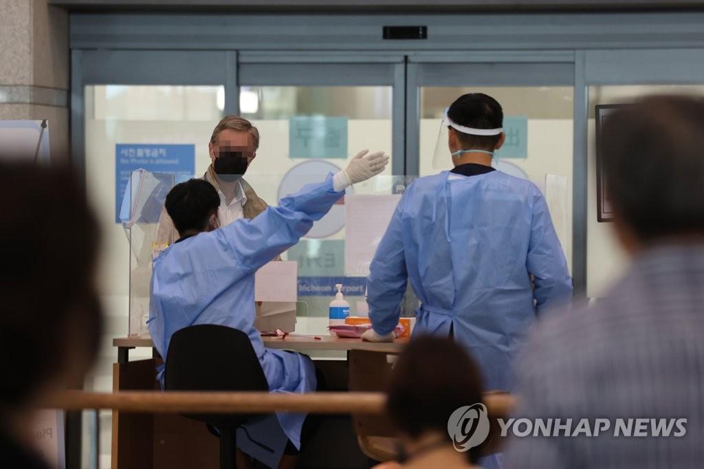 Các quan chức y tế làm việc tại Sân bay Quốc tế Incheon ở Incheon, phía tây Seoul, vào ngày 12 tháng 9 năm 2021. (Yonhap)